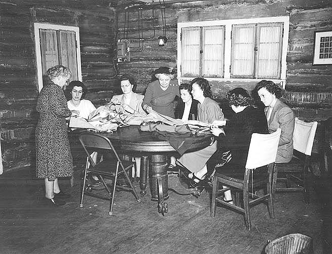 Riner, VA, making clothes at a home demonstration club meeting